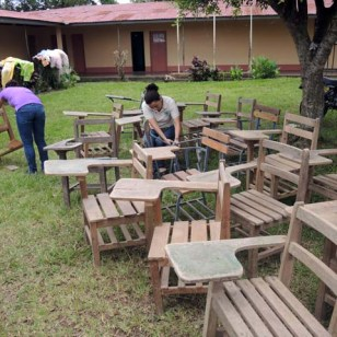 ¡Un montón de sillas a desarmar!